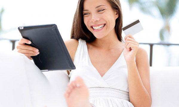 Queria tanto - como importar, mulher alegre e sorridente pois está comprando online dos estados unidos através do queriatanto.com sem precisar de cartão de crédito internacional